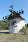 Eine weiße Windmühle Lizenzfreie Stockbilder