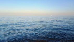 Eine weiße Yacht im Meer stock video