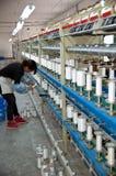 Eine weibliche Arbeitskraft, die in der Textilwerkstatt arbeitet Lizenzfreie Stockfotos