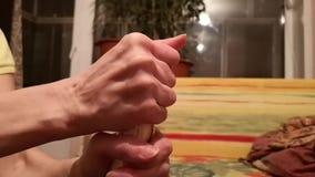 Eine weibliche Hand öffnet den Champagner während der Feier, Nahaufnahme stock video