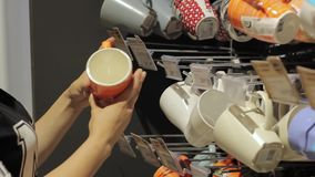 Eine weibliche Hand in einem Supermarkt wählt Schalen stock video