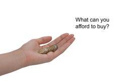 Eine weibliche Hand hält eine Münze lokalisiert auf einem weißen Hintergrund Der Wert des Geldes aufblasen Finanzierung und Geldk Stockfoto