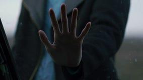 Eine weibliche Hand schließt die Autotür, die in das Glas, Melancholie drückt stock video