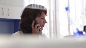Eine weibliche medizinische Arbeitskraft reagiert sofort auf Patienten ` Anrufe stock video