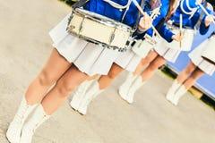 Eine weibliche Musikband mit Trommeln Weibliche Füße Frauen im einheitlichen Spiel die Trommeln an der Zeremonie stockfotos