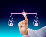 Eine weibliche und männliche Arbeitskraft halten balanciert durch Note Stockbilder