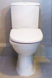 Eine weiße Toilette Stockfotos