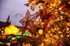 Eine Weihnachtsbaumverzierung, die an einer Niederlassung hängt Lizenzfreies Stockfoto