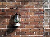 Eine Weinleselampe hängt an der alten Backsteinmauer Lizenzfreies Stockbild