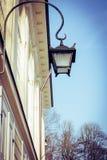 Eine Weinleselaterne auf der Wand eines alten Palastes lizenzfreie stockfotos