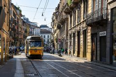 Eine Weinlesetram in der Mitte von Mailand stockbild