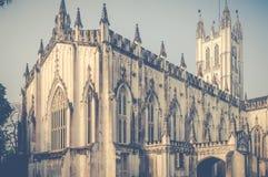Eine Weitwinkelansicht der Saint Paul-` s Kathedrale auf einem sonnigen Sonntag Morgen, Kolkata, Kalkutta lizenzfreie stockfotos