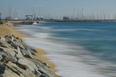 Eine Welle in einem Strand in Barcelona Stockbilder