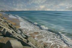 Eine Welle in einem Strand in Barcelona Stockfotografie