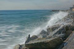 Eine Welle in einem Strand in Barcelona Lizenzfreies Stockbild
