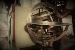 Eine Weltkugel im Metall, Weinlese lizenzfreie stockfotos