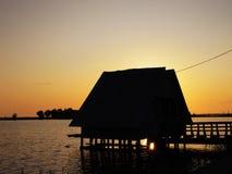 Eine wenige Hütte auf einem Pier lizenzfreie stockfotografie