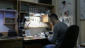 Eine Werkstatt von Elektronik Elektronikreparatur stock video