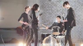 Eine Wiederholung Eine junge Gruppe von Personen, die Musik in einem hellen hargar spielt stock video