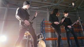 Eine Wiederholung Eine junge Gruppe von Personen, die Rockmusik in einem großen Raum spielt und sie genießt stock video footage