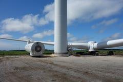 Eine Windmühle, die in Ontario zusammengebaut wird lizenzfreie stockbilder