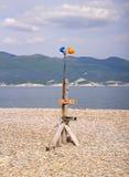 Eine Windmühle von Bausturzhelmen auf dem Strand Lizenzfreie Stockfotos
