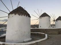Eine Windmühlenansicht in Mykonos, Griechenland stockbilder