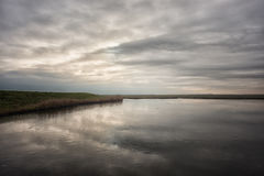 Eine winterly Ansicht über einen gefrorenen See stockbilder