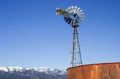 Eine Winterwindmühle Lizenzfreie Stockfotos