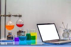 eine Wissenschaftlerarbeit über Computer im Labor stockfotografie