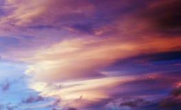 Eine Wolkenbildung nimmt die Farbe der untergehenden Sonne lizenzfreies stockbild