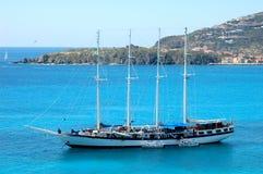 Eine Yacht auf einem blauen Meer Stockfotografie