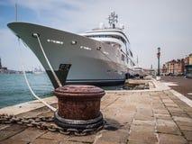 Eine Yacht festgemacht in Venedig Lizenzfreie Stockfotografie