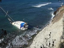 Eine Yacht gestrandet auf einem Riff in den Karibischen Meeren stock footage