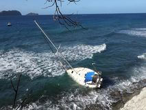 Eine Yacht gestrandet auf einem Riff in den Karibischen Meeren stock video footage
