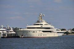 Angekoppelte Yacht in West Palm Beach lizenzfreie stockbilder