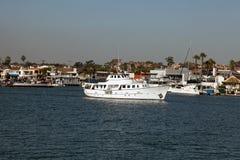 Eine Yacht an Newport-Strand Lizenzfreies Stockbild
