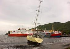 Eine Yacht setzte während eines Hurrikans in den Windwardinseln auf den Strand Lizenzfreie Stockfotografie