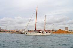 Eine Yacht voll von Zuschauern Lizenzfreies Stockfoto