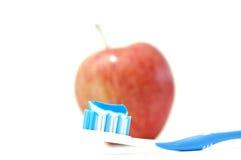 Eine Zahnbürste mit Zahnpasta Stockfotos