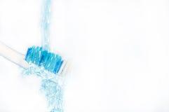Eine Zahnbürste unter dem Strom des Wassers Stockfoto