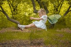 eine Zahnfee mit Flügeln das Kind fliegt in einen Traum stockfoto