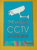 Eine Zeichenwarnung, dass Überwachungskameras in Kraft sind lizenzfreie stockfotografie