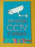 Eine Zeichenwarnung, dass Überwachungskameras 24 Stunden pro Tag in diesem Standort in Kraft sind Stockfotos