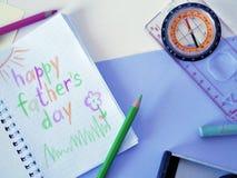 Eine Zeichnung in einem Notizblock an seinem Vater ` s Tag, farbige Bleistifte auf einem hellen Hintergrund Stockbild