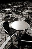 Eine Zeile der Tabellen außerhalb eines coffeeshop Lizenzfreies Stockbild