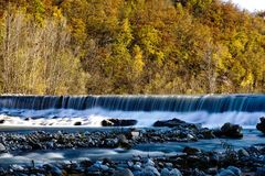 Eine Zeitlupe des Wasserfalles in den Abstand Stockfotos
