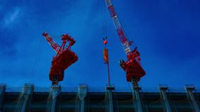 Eine Zeitspanne von beweglichen Kr?nen am im Bau in breiter geschossener Neigung Tokyos stock video footage