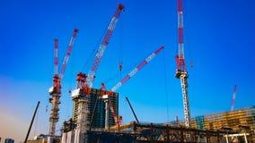 Eine Zeitspanne von beweglichen Kr?nen am im Bau in breiter geschossener Neigung Tokyos stock footage