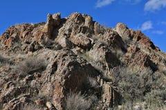 Eine zerbröckelnde Felsformation mit einem hellen blauen Himmel Lizenzfreies Stockfoto